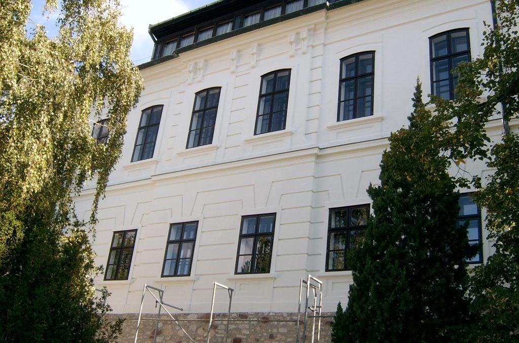 Veszprém MTA székház festés után